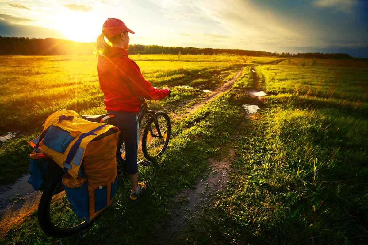 vrouw met fietskar in de natuur